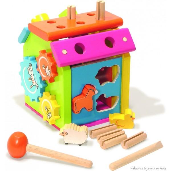Une maison d'activités variées en bois avec boite à forme, puzzle, engrenage, encastrement, vissage, martelage. Un jouet signé Vilac. A partir de 2 ans+