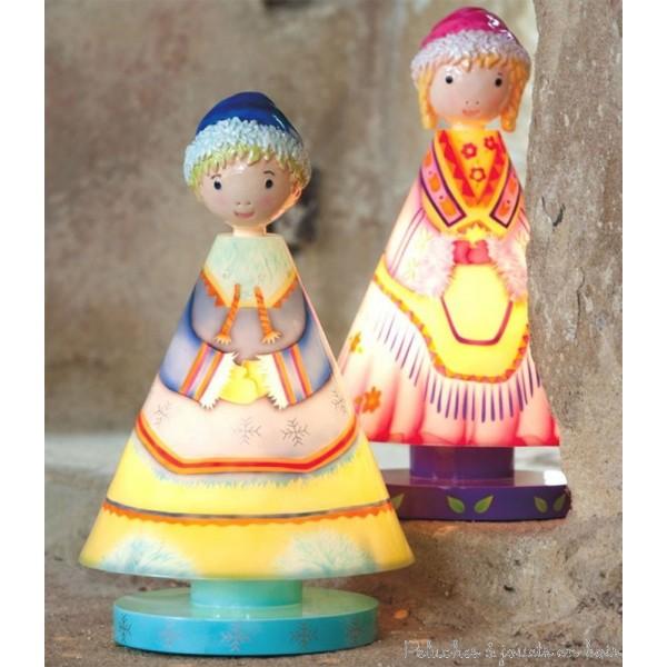 Ces 2 Lucioles Prince & Princesse Inuits signée l'Oiseau Bateau, est une lampe de la chambre d'enfant par excellence. C'est aussi un personnage éminemment lumineux et plein de charme avec sa silhouette ronde. Cet objet fonctionnel devient objet de décoration pour habiller les tables de chevet d'une touche de rêve et de poésie. Tous âges.