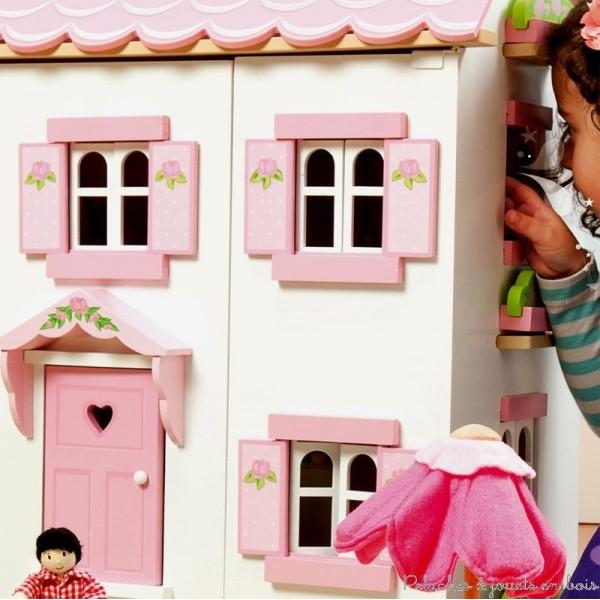 Maison de poup e en bois sign e le toy van partez la for Fenetre qui s ouvre vers l exterieur