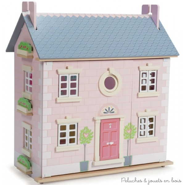 Dans la collection Daisylane de la marque Le Toy Van, la maison Laurier, une grande maison de poupée de 3 étages en bois peint, décorée à l'intérieur comme à l'extérieur. Avec une porte et des fenêtres qui s'ouvrent et se ferment et une fenêtre ronde, un escalier et une façade qui s'ouvre pour un accès de jeu complet. A partir de 3 ans+