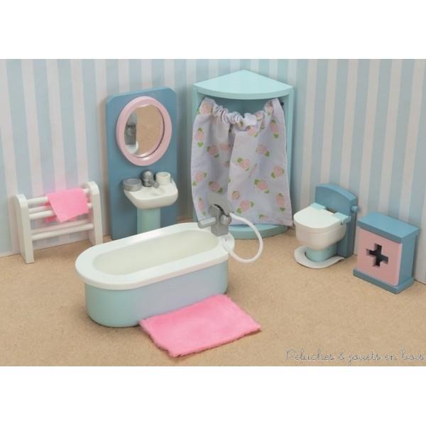 Dans la collection Daisylane de la marque Le Toy Van, la salle de bain avec ses meubles en bois peints aux couleurs pastel et ses nombreux accessoires. Tous les meubles et accessoires à l'échelle des poupées articulées en bois visibles sur la photo sont inclus. A partir de 3 ans+