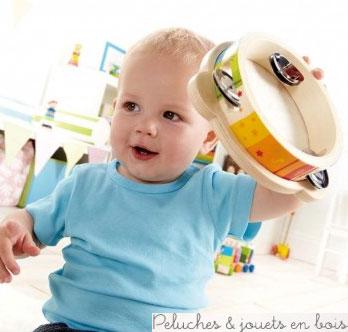 Jouez de la musique et laissez votre enfant jouer sur le rythme donné. Chantez et dansez avec votre enfant. Amusez-vous! Faites lui écouter les différents sons. Favorise la dextérité, la coordination main/œil et la manipulation. Introduit la logique, le rapprochement, les relations spatiales, la pensée critique et une compréhension des causes et effets. Peintures non toxique à base d'eau, bois FSC. Taille de produit : 17.2 x 17.2 x 4 cm. Normes CE. Ce jouet en bois fait partie de la collection Early Melodies d'instruments de musique en bois signée Hape, comme tous les autres jouets suivants de cette collection qui sont vendus séparemment dans notre boutique : Castagnettes Hape, Mini orchestre Hape, Mr Tambourin Hape, Grand piano à queue rose en bois Hape, Xylophone arc-en-ciel Hape, Boîtier à marteler Xylophone Hape...