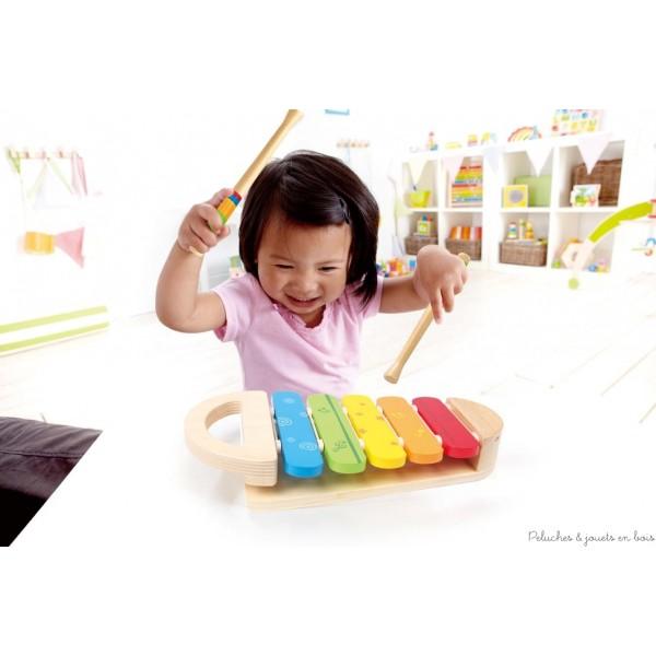 Joli et solide ce xylophone arc en ciel de la marque Hape permet aux enfants de découvrir les couleurs et le plaisir des premières notes de musique. A partir de 1 an+
