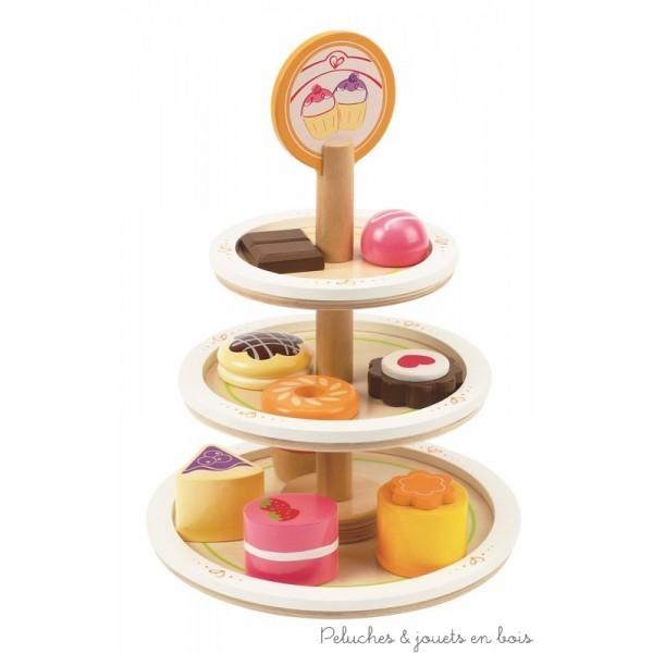 Un magnifique présentoir à desserts en bois peint de trois étages de la marque Hape, avec ses douceurs sucrées il fera la joie de tous les gourmets. A partir de 3 ans+