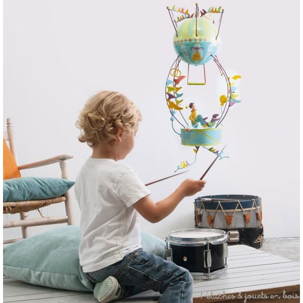 Ce mobile à suspendre sur le thème du Tambour, appelé Sclumpeter, est très original et plein de charme. Signé de la marque L'oiseau bateau, ce mobile de décoration en métal offre un spectacle fascinant qui séduit les tout-petits, les enfants comme leurs parents. Une idée parfaite de cadeau de naissance ou pour fêter un anniversaire, pour (re)décorer la chambre de bébé ou la chambre de son enfant