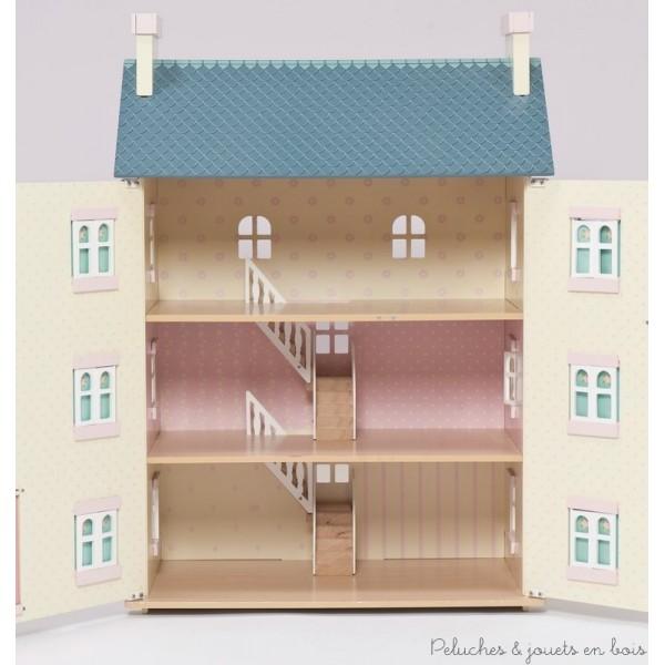 Chaque pièce est décorée différemment pour définir l'espace et dispose de nombreuses fenêtres et volets fonctionnels y compris des fenêtres à l'arrière de la maison pour permettre à la lumière de passer. La maison de l'allée des Cerisiers est équipée de cheminées et d'escaliers avec rampes qui fonctionnent comme des cloisons. Jouets en bois peint conçus en Grande Bretagne et produits en Indonésie suivant des lignes éthiques de travail et écologique pour le renouvellement des matières premières. Dimensions : 35 cm x 92 cm x 66 cm. Accessoires, meubles et poupées vendus séparément. Normes CE.