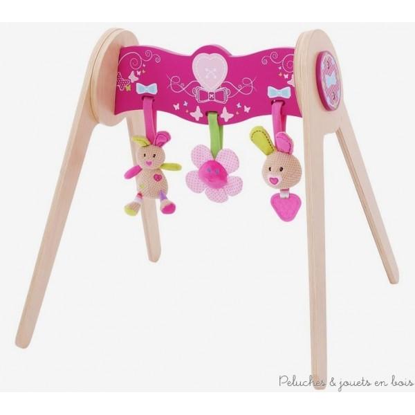 Un portique Bella bébé gym en bois avec des jouets tout doux en peluche, de la marque Bigjigs Toys. les jouets en peluche servent soit fixés au portique avec des attaches velcro soit de manière indépendantes et sont faciles à nettoyer. Un ensemble destiné à éveiller bébé à partir de 3 mois +
