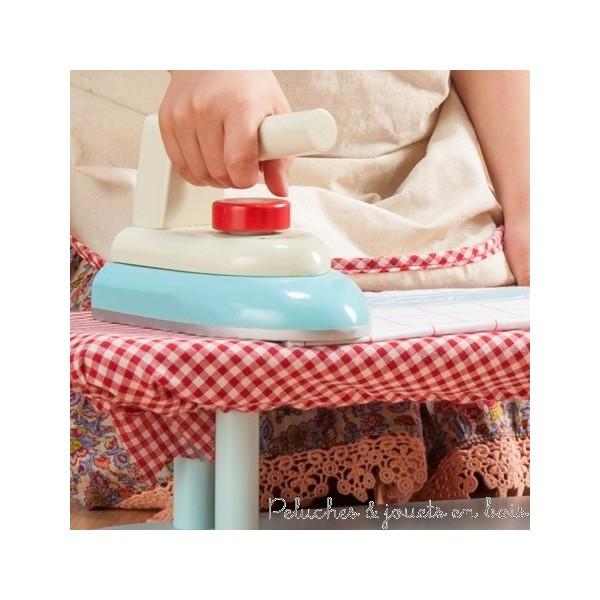 Dans la collection Honeybake de la marque Le Toys Van, un ensemble de repassage en bois composé d'une planche à repasser solide avec une housse vichy rouge et d'un fer a repasser avec bouton clic. A partir de 3 ans+
