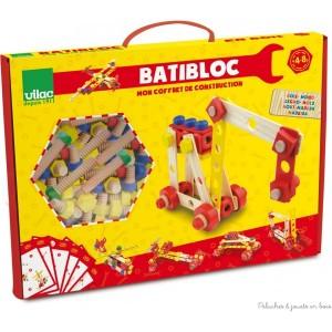 Un coffret de construction Batibloc en bois de la marque Vilac de plus de 100 pièces avec 6 modèles expliqués sur des fiches techniques, des outils et des possibilités de constructions à l'infini. A partir de 4 ans+