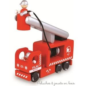 Un camion de pompiers avec échelle mobile, lance à incendie et personnages. Jouet en bois signé Vilac. A partir de 3 ans+