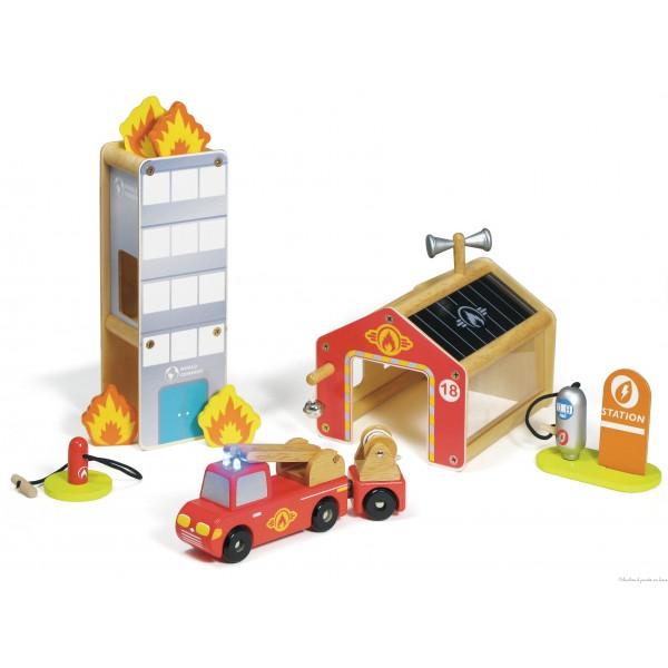 Une très jolie et très complète caserne des pompiers contenant : une caserne de pompier de 15 cm de haut, un immeuble en feu de 24 cm de haut, une station à essence, un camion de pompiers et ses accessoires de 18 cm de long. Le gyrophare du camion fonctionne avec 2 led et s'allume grâce à une pile AAA. Normes européennes CE