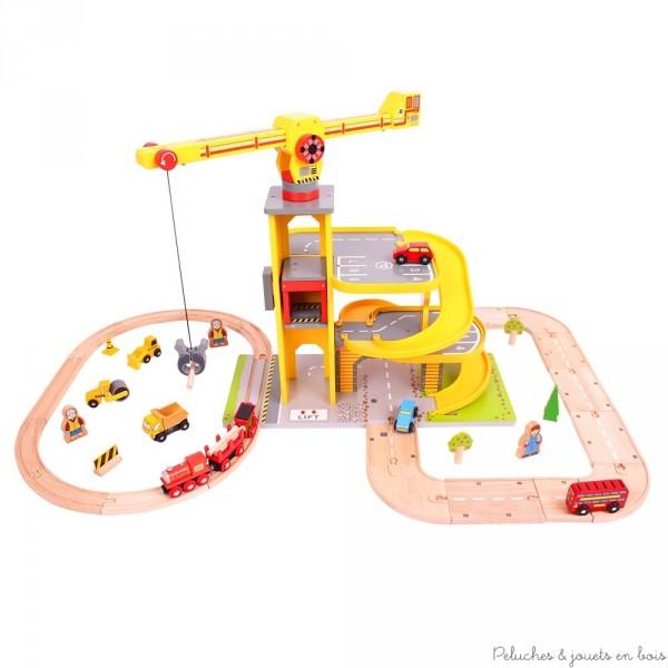 Un circuit de train et voiture avec un parking sur plusieurs niveaux, un chantier et une grande grue. Un ensemble complet de jeux signé Bigjigs. A partir de 3 ans+