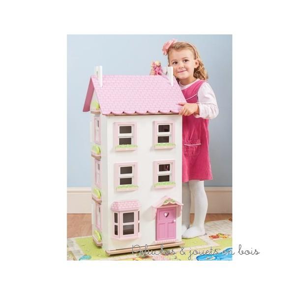 Dans la collection Daisylane de la marque Le Toy Van, la maison Victoria, une très grande maison de ville pour poupée de 4 étages en bois peint, de 90 cm de haut décorée à l'intérieur comme à l'extérieur. Avec une porte, une baie vitrée et des fenêtre qui s'ouvrent. La façade et un toit s'ouvrent également pour un accès de jeu complet. A partir de 3 ans+
