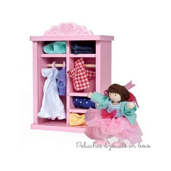 Dans la collection Daisylane de la marque Le Toy Van, une garde robe rose en bois peint, conçue à l'échelle des poupées en bois avec de nombreuses tenues, sécurisée avec une porte en plexiglas et fournie avec une poupée articulée en bois. A partir de 3 ans+
