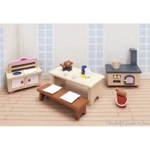 Cet ensemble de meubles de cuisine comprend : une cuisinière à bois, une table et divers accessoire de table, un banc, un seau à bois, un évier dans un meuble de cuisine. Ce mobilier s'adapte au château royal ainsi qu'à toutes les maisons Goki. Hauteur de la cuisinière 8.3 cm. Normes CE.