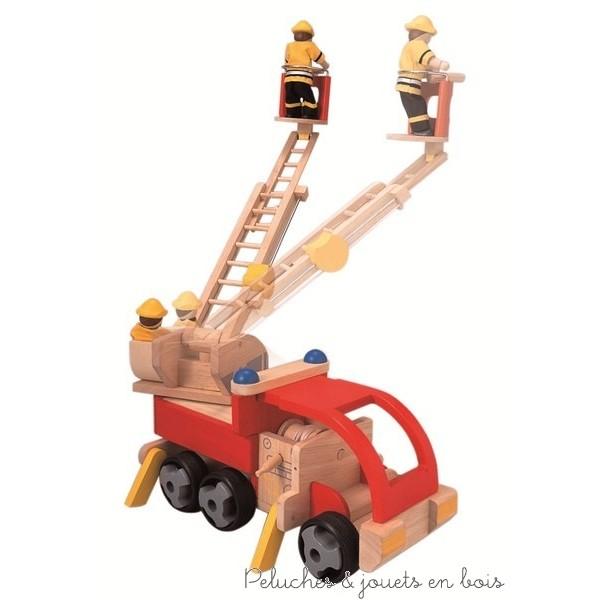 Un camion de pompiers en bois d'hévéa labélisé FSC et sa grande échelle ainsi que trois pompiers en bois articulés et équipés de la marque bio-eco-responsable Plan Toys . A partir de 3 ans+
