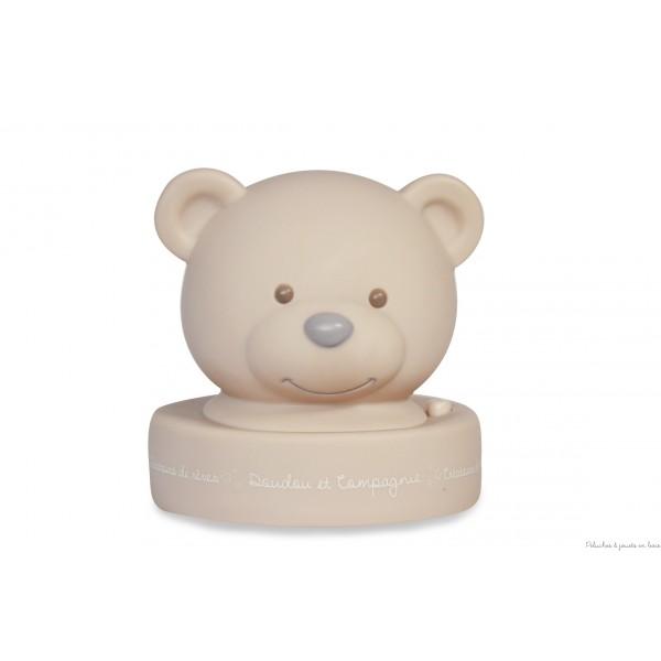 Cette première veilleuse ourson taupe toute douce apportera la lumière idéale à votre enfant pour le rassurer sans le gêner dans son sommeil. Fonctionne avec trois pile AA/LR6 non fournies. Pour la garder toute belle la nettoyer en surface avec un chiffon propre et sec. Diamètre 11,5 x 12 cm. Normes CE (cette veilleuse n'est pas un jouet). Conditionnement : Boîte fleur.