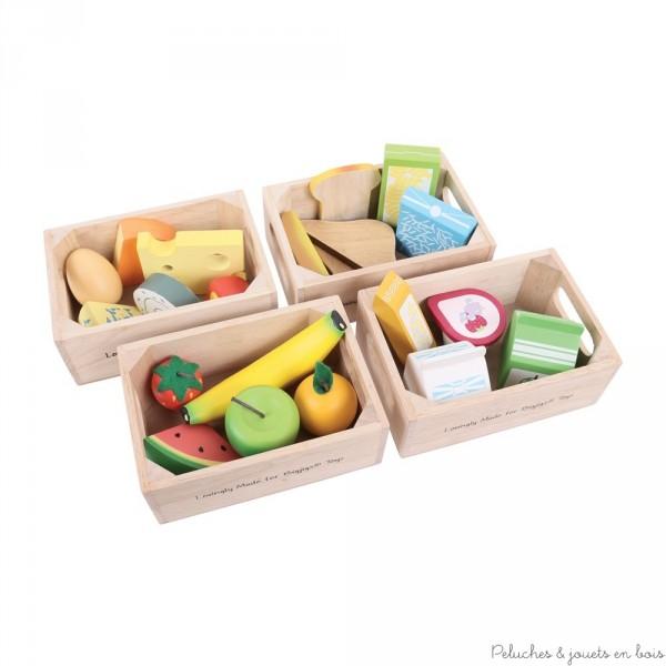 Ces caisses de produits frais en bois contient jus de pomme, yahourt, boite de lait, barre de céréales, banane, fraise, pomme, part de pasteque, orange, toast, 2 morceaux de pain, pain au chocolat, riz, pates, 5 fromages, 1 oeuf. Idéales pour jouer à la marchande ou à la dinette 21 pièces en bois. Taille des caisses 15 cm. Normes CE EN71