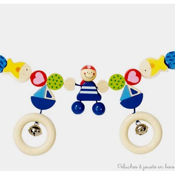 """Une chaine de décoration pour poussette en bois sur le thème """"pirate"""" avec clips de la marque Heimess. Une idée de cadeau dès la naissance originale ou pour faire plaisir aux plus petits. A partir de 0m+"""
