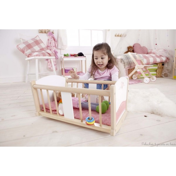 Un jouet calqué sur le quotidien qui encourage l'enfant à simuler des jeux de rôle, à raconter des histoires en utilisant ses poupées. (Ne comprend pas la poupée visible sur la photo). Bois FSC, Peintures non toxiques à base d'eau, montage facile. Dimensions : 48 x 33 x 26 cm. Normes CE. Bois issu de forêts gérées durablement  La collection Happy Doll signée Hape comporte de merveilleux meubles de poupées en bois,idéals pour jouer à la poupée ! Chaise haute en bois pour poupée, Table à langer en bois pour poupée, Berceau à bascule en bois pour poupée, Poussette en bois pour poupée Hape