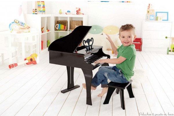 Un ensemble piano à queue  et son tabouret signé Hape. Les pianistes en herbe pourront facilement pianoter sur les 30 touches de ce piano à queue noir en bois , faites pour les petites mains et la grande musique.  A partir de 3 ans+
