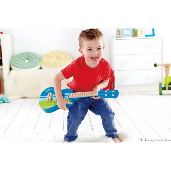 Un instrument de musique simple qui encourage les enfants à composer leur propre musique. Long 54 cm X Larg 18 cm. Normes CE. Ce jouet en bois fait partie de la collection Early Melodies d'instruments de musique en bois signée Hape, comme tous les autres jouets suivants de cette collection qui sont vendus séparemment dans notre boutique : Castagnettes Hape, Mini orchestre Hape, Mr Tambourin Hape, Grand piano à queue rose ou noir en bois Hape, Xylophone arc-en-ciel Hape, Boîtier à marteler Xylophone Hape, Guitare rouge ou bleue Hape, ...