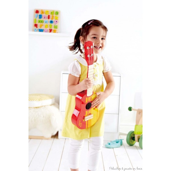 Ses quatres cordes accordables et sa caisse de résonnance à échelle réduite font de cette guitare rouge en bois de tilleul robuste de la marque Hape, un instrument d'accompagnement parfait. Du pur Rock and Roll ! A partir de 3 ans+