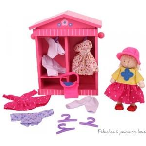 Le dressing de Daisy de la marque Bigjigs est un ensemble de 17 pièces dont plusieurs tenues et une petite poupée articulée en bois de 11 cm de haut. A partir de 3 ans+.