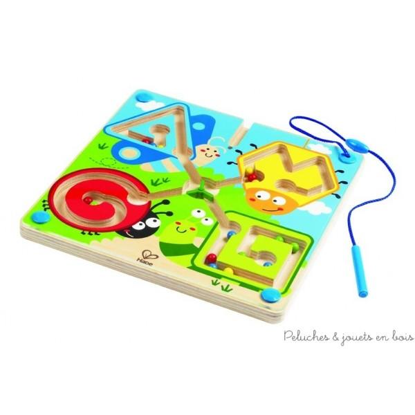 Un labyrinthe aimanté sur le thème des animaux du jardin de la marque Hape. Un jeu en bois magnétique et ludique pour apprendre à identifier les formes, les couleurs et affiner la motricité fine. A partir de 2 ans+