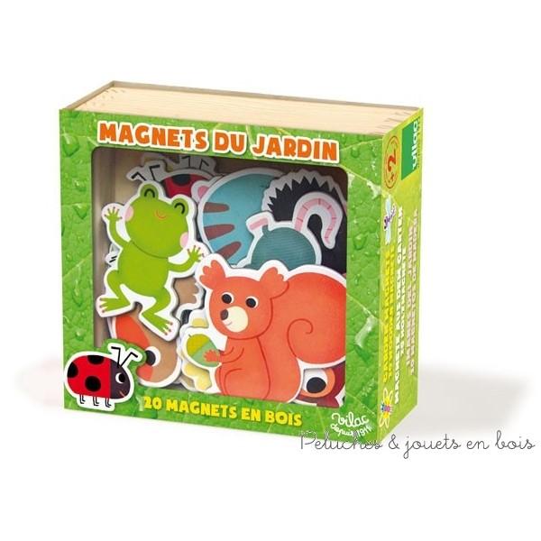 Un coffret de jeu magnétique en bois signé Vilac avec 20 pièces magnétiques en bois sur le thème du jardin. A partir de 2 ans+