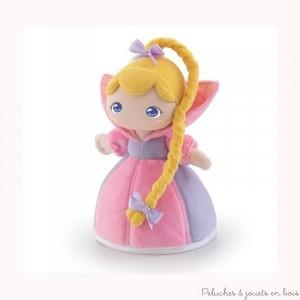 Rose est une adorable poupée princesse de la marque Trudi. Elle est coiffée d'une très longue tresse et vêtue d'une robe de princesse de conte de fée. A partir de 0m+