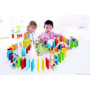Dynamo dominos de 127 pièces en bois coloré de la marque Hape. Construis un chemin coloré de 100 dominos, ajoutes des éléments de construction, pont, pousseurs, rails, clochette...tape le premier domino et regarde le spectacle. Amusant et passionnant ce jeu imaginatif permet de multiples parcours. A partir de 3 ans+