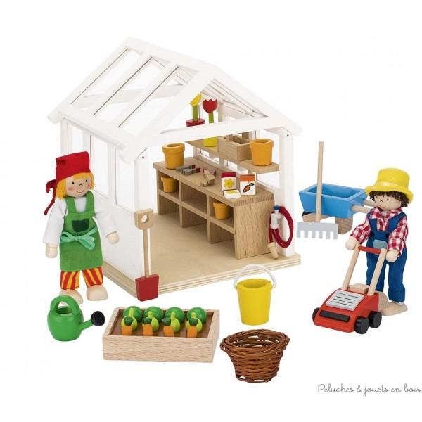 Une adorable petite serre pour poupées avec tout ses accessoires et deux poupées en bois articulées de la marque Goki. A partir de 3 ans+