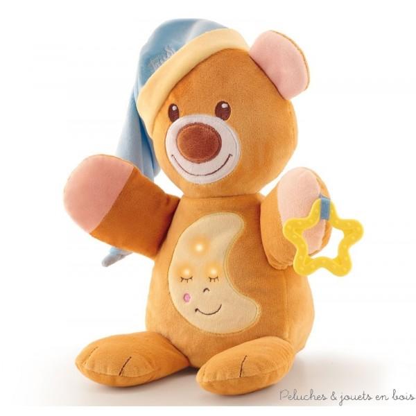 Cette ravissante peluche musicale et lumineuse dodo ours est un ami tendre et affectueux pour bercer bébé dans le monde des rêves. Il suffit d'appuyer sur son ventre et le mécanisme camouflé à l'intérieur se déclenche avec une agréable mélodie. Une berceuse apaisante et des lumières ténues se diffuseront. C'est un article parfait pour réconforter bébé: il est aussi doté d'un anneau de dentition et d'une capuche moelleuse qui sert de doudou. Lorsque le dispositif musical est retiré, la peluche peut être lavée en machine à 30° Livré avec sa boite Trudi Normes CE