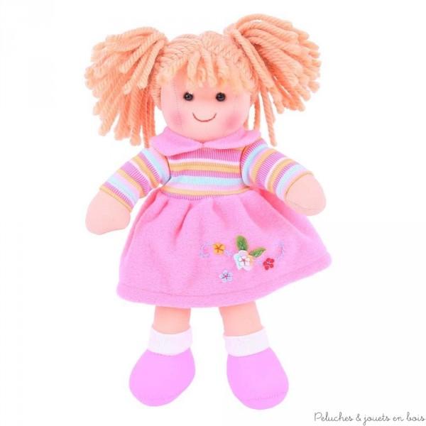 Une poupée de chiffon de 28 cm Jenny de la marque Bigjigs. A partir de 1 an+