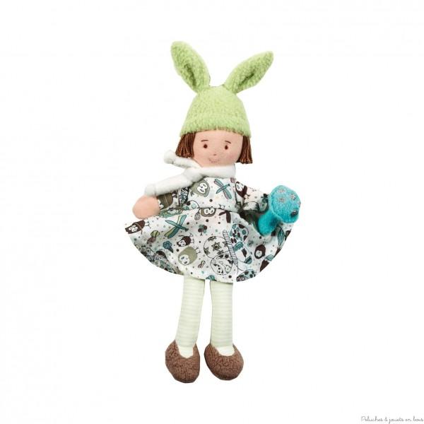 Dès son plus jeune âge votre petite fille va adorer câliner cette adorable et originale poupée en tissu facile à attraper avec ses longues oreilles ! Voici la Poupée Liberty Bébêtes Bonnet de lapin de Trousselier. Dimension : 22 cm. Eponge de coton, tissu - Lavable 30°. Livré dans sa boite cadeau Trousselier. Marque française Trousselier depuis 40 ans. Normes CE.
