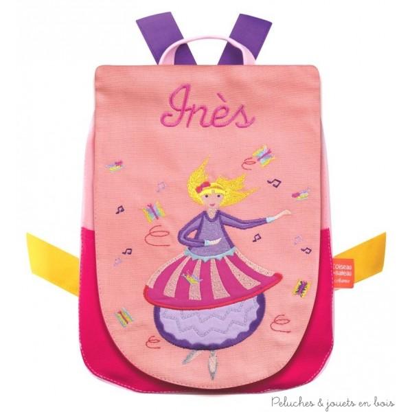 Ce sac à dos, à l'éffigie de la Danseuse est coloré, joyeux et beau à regarder, il est aussi pratique, facile à fermer et simple à adapter au dos de l'enfant. Il est enfin personnalisé, brodé au prénom de l'enfant, ce qui en fait un cadeau unique, pour celui qui l'offre comme pour celui qui reçoit ! Une fois le modèle choisi et le prénom précisé, il ne vous faudra que 3 à 4 jours ouvrés pour le recevoir chez vous.