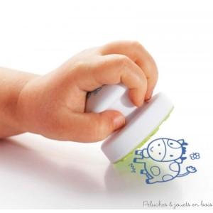 Avec Stampo baby sur le thème des animaux de la ferme les petits, dès 18 mois, vont découvrir le plaisir de laisser leurs premières empreintes avec des gros tampons ergonomiques et un maxi encreur 100% lavable tout spécialement pensés pour eux ! Normes CE