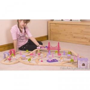 Rien ne manque dans ce très beau circuit de train en bois de la ville du monde des fées de la marque bigjigs Toys. Une pincée de poussière de fée a juste été ajoutée pour lui faire voir la vie en rose. A partir de 3 ans+