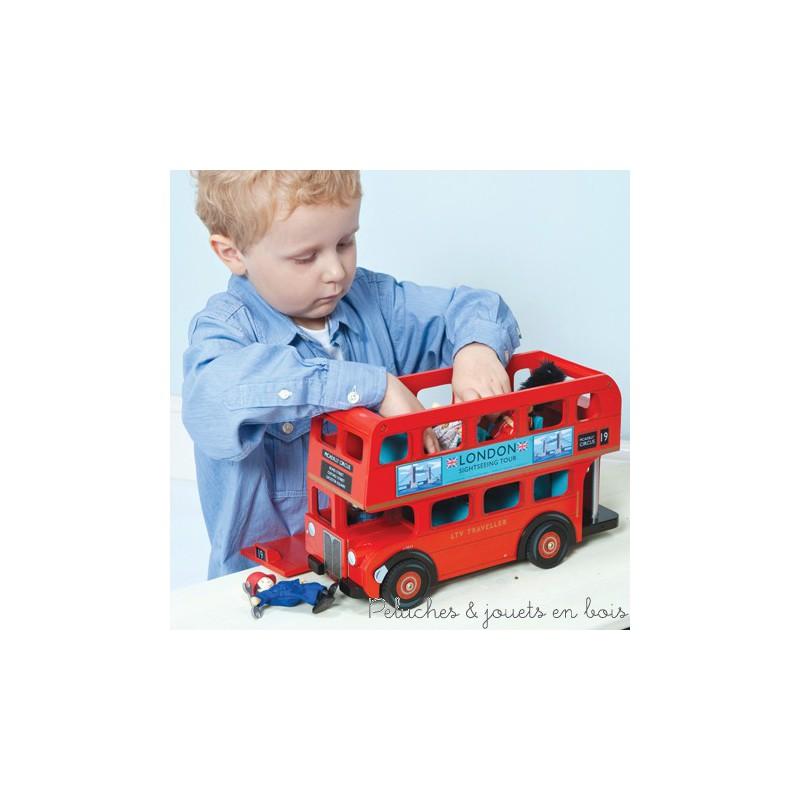 Explorez la grande ville avec ce bus Londonien classique et son conducteur Boris. Chaussé de pneu en caoutchouc il est équipé pour recevoir de nombreux passagers et son toit ouvrant facilite le jeu et l'accès a l'intérieur. Jouet en bois peint conçu en Grande Bretagne et produit en Indonésie suivant des lignes éthiques de travail et écologique pour le renouvellement des matières premières. Dimensions 13 x 23 x 36 cm. Normes CE