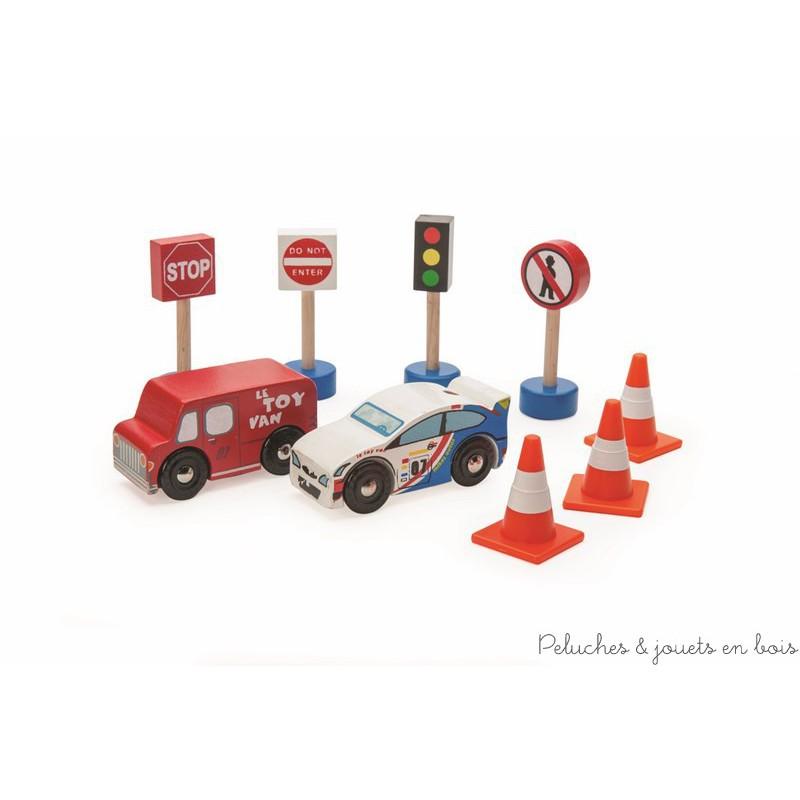 Un lot de 9 véhicules et accessoires en bois de la marque Le toy van. Idéal pour jouer seul ou pour compléter les tapis de voiture, les garages et les circuits de train. A partir de 3 ans+