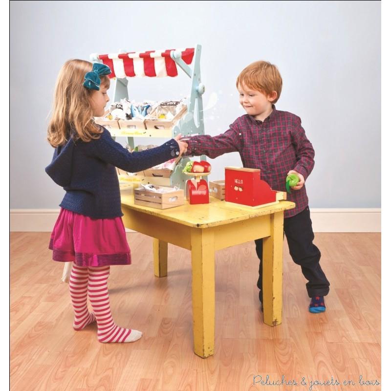 Dans la collection Honeybake de la marque Le Toy Van, un étal de produits frais du marché pour jouer au marchand ou à la marchande. A partir de 3 ans+