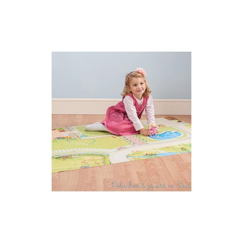 Un tapis de jeux géant Maison de poupée de la marque Le Toy Van. Véritable écrin avec de nombreux détails, idéal pour installer une maison de poupée ou des accessoires. Avec un magnifique jardin, une piscine, des routes...A partir de 3 ans+