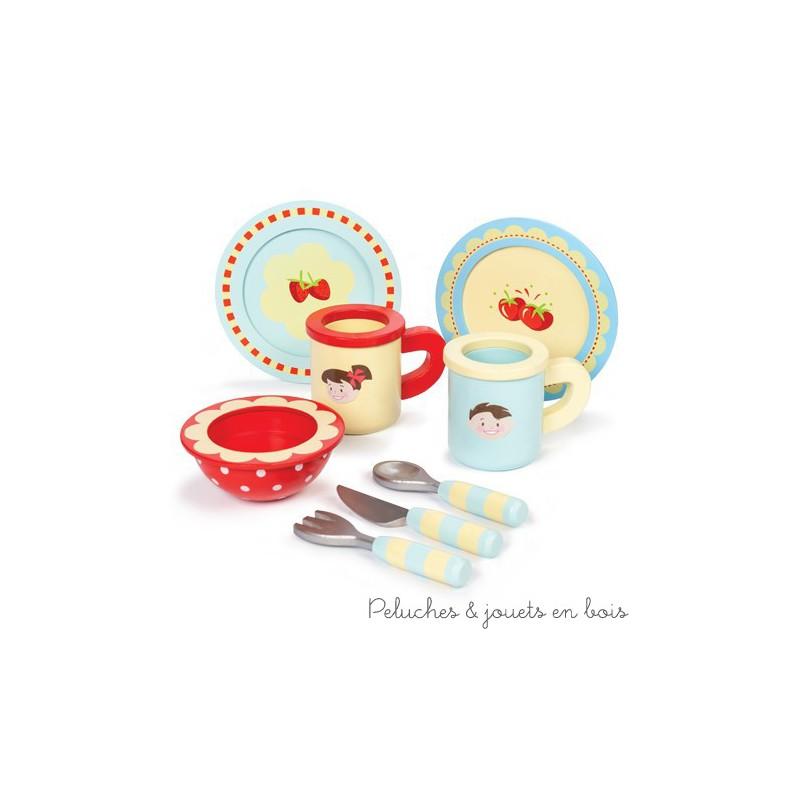 Dans la collection Honeybake de la marque Le Toy Van, un ensemble de tasses et assiettes joliment décorées en bois peint. Contient :  2 assiettes, 2 tasses, un bol, 1 couteau, une fourchette et 1 cuillère. A partir de 3 ans+