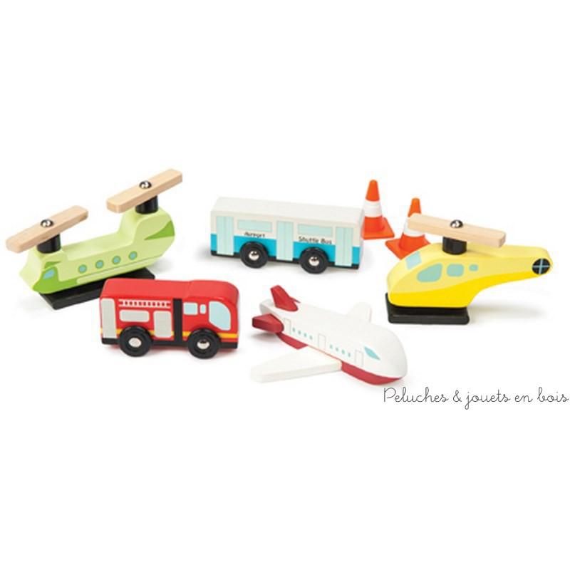 Un lot de véhicules et accessoires aéroportuaire en bois de la marque Le toy van. Idéal pour jouer seul ou pour compléter les tapis de jeu et les circuits de train. A partir de 3 ans+