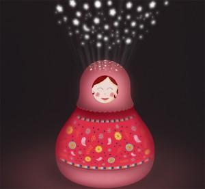 Un projecteur d'étoiles musical Matriochka rose de la marque Trousselier. A partir de 0m+. sans piles et alimenté par une prise USB