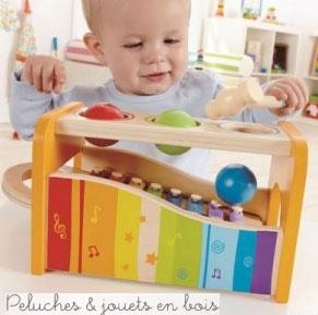 Martelez le boitier comme sur un banc à marteler et les boules se mettront à tinter sur le xylophone. Retirer le clavier et le xylophone pourra être utilisé de manière autonome. Un jeu en bois de la marque Hape. A partir de 1 an+