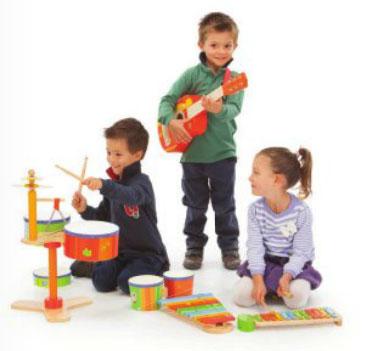 Une solide batterie en bois aux son clairs, adaptée à la taille des enfants, avec des caisses recouvertes de latex de la marque PlanToys . A partir de 3 ans+