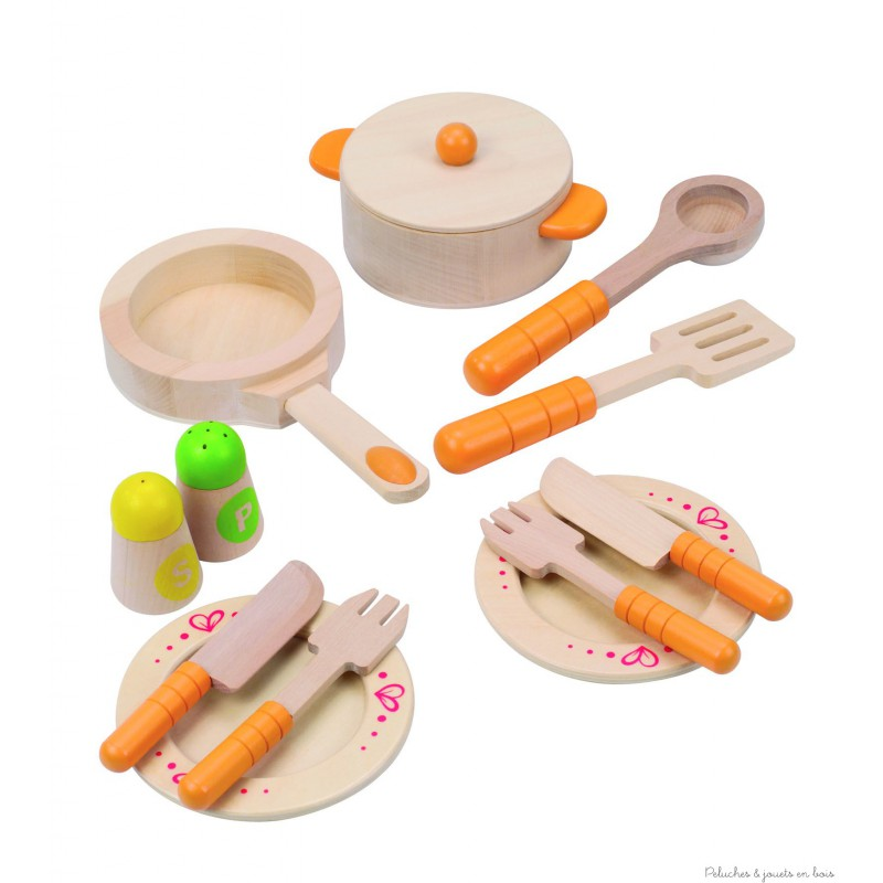 Une dinette en bois aux couleurs tendres contenant 2 assiettes, des couverts, une poêle, un faitout, une louche, une spatule sans oublier le sel et le poivre ! boîte 20 x 26 x 10 cm. Normes CE