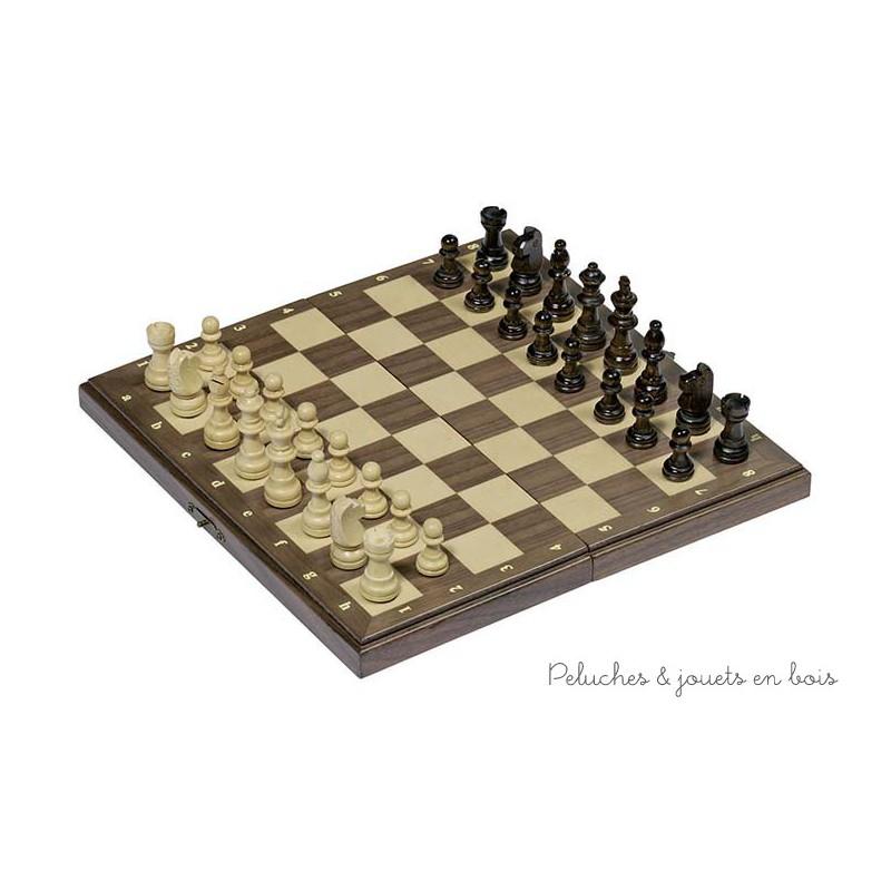 Un jeu d'échecs en bois et ses 32 pions magnétiques avec un plateau pliable facile à transporter de la marque Goki. A partir de 7 ans+